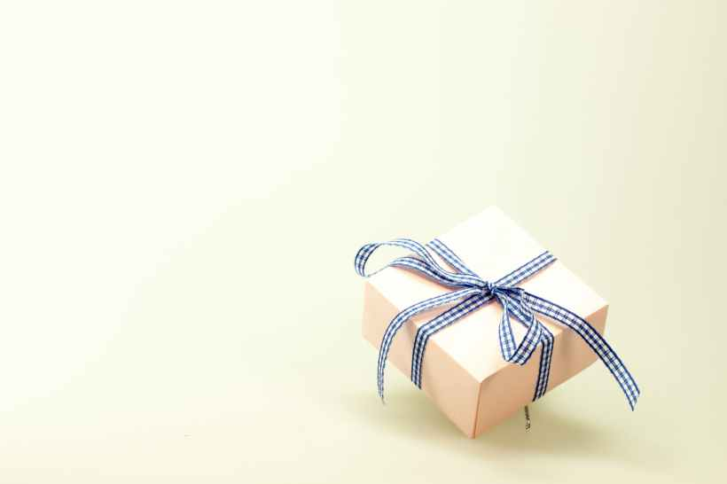 blue white ribbon on pink box